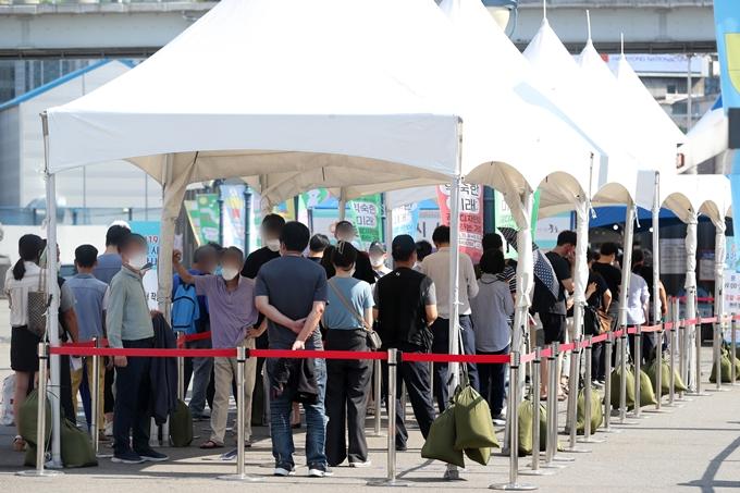 코로나19 일일 확진자 수가 27일 0시 기준 1365명을 기록했다. 사진은 이날 서울 중구 서울역광장에 마련된 임시선별진료소에서 코로나19 검사를 기다리는 시민 모습. /사진=뉴스1