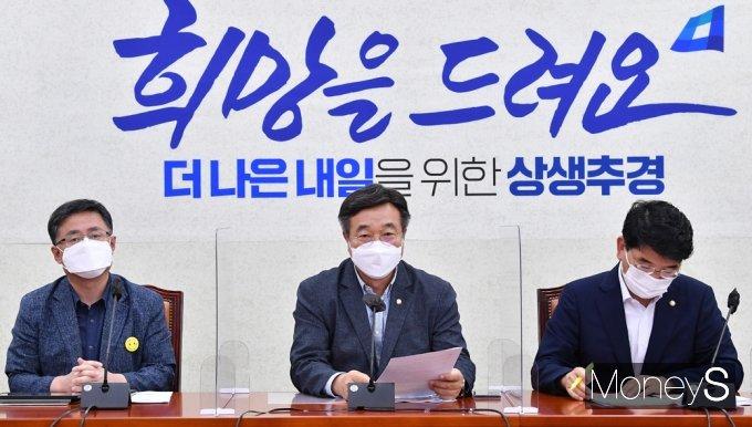 [머니S포토] 민주당 원내대책회의, 발언하는 '윤호중'