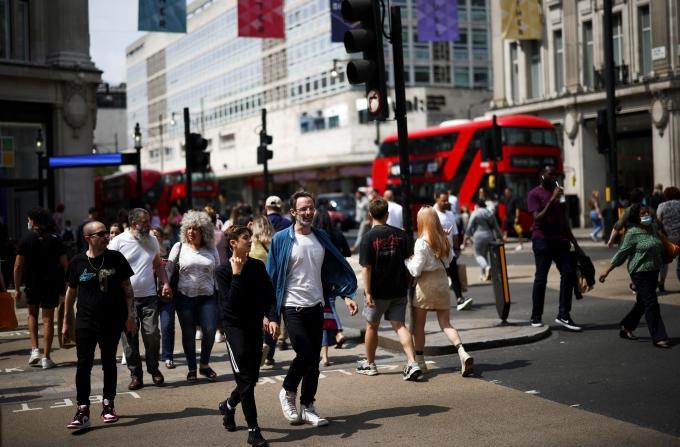 영국의 코로나19 확진자가 줄고 있지만 전문가들은 낙관론을 경계한다. 사진은 지난 26일 영국 런던 거리의 모습. /사진=로이터