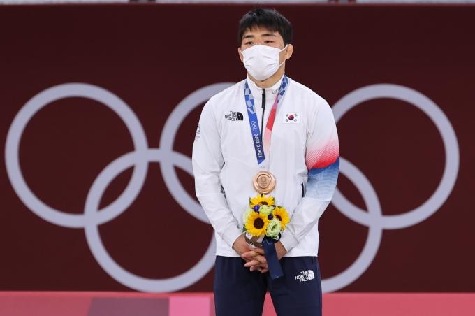 지난 26일 남자 유도 대표 안창림과 한국 올림픽 선수단 부단장 최윤이 2020도쿄올림픽 남자 유도 73kg 동메달 결정전이 끝나고 뜨겁게 포옹하는 사진이 큰 화제가 됐다. 사진은 지난 26일 안창림이 26일 오후 일본 도쿄 지요다구 무도관에서 열린 73kg 유도 남자 시상식에서 동메달을 목에 걸고 있는 모습. /사진=뉴스1
