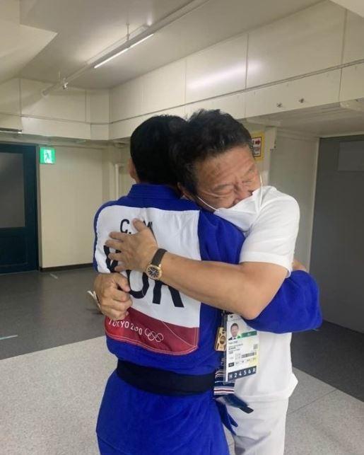 지난 26일 안창림이 동메달 결정전에서 승리하고 최윤 부단장이랑 포옹하는 모습. /사진= 뉴스1