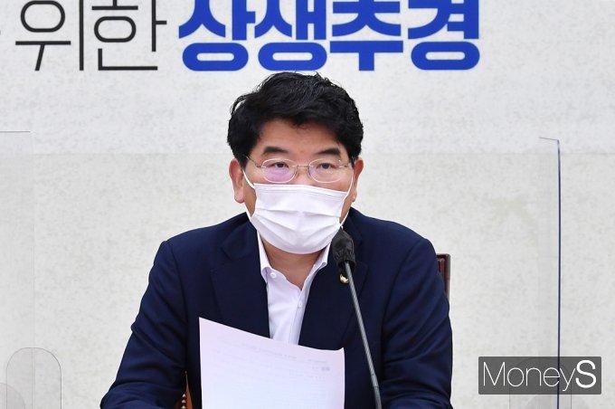 [머니S포토] 민주당 원내대책회의, 발언하는 박완주 정책위의장