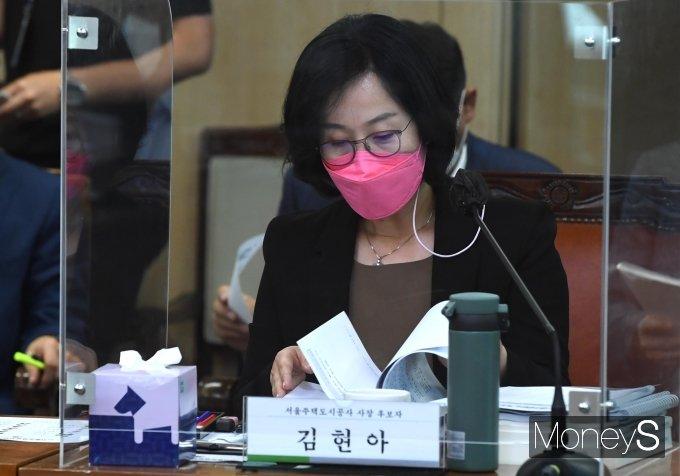 [머니S포토] 자료 살펴보는 김현아 서울주택도시공사 사장 후보자