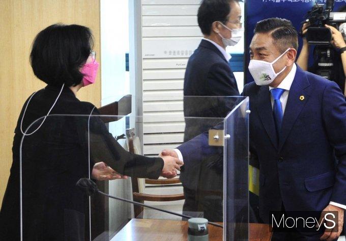 [머니S포토] 노식래 위원장과 악수하는 김현아 후보자