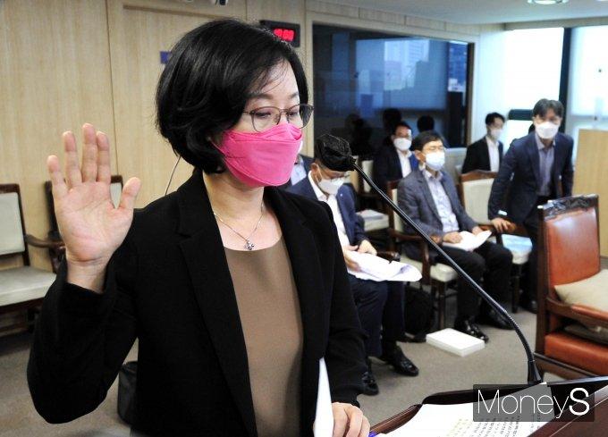 [머니S포토] 김현아 SH 사장 후보자 '선서'