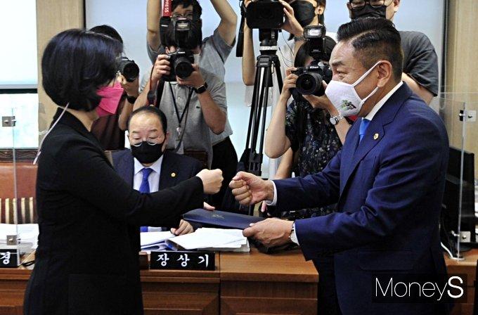[머니S포토] 선서문 전달하는 김현아 SH 사장 후보자