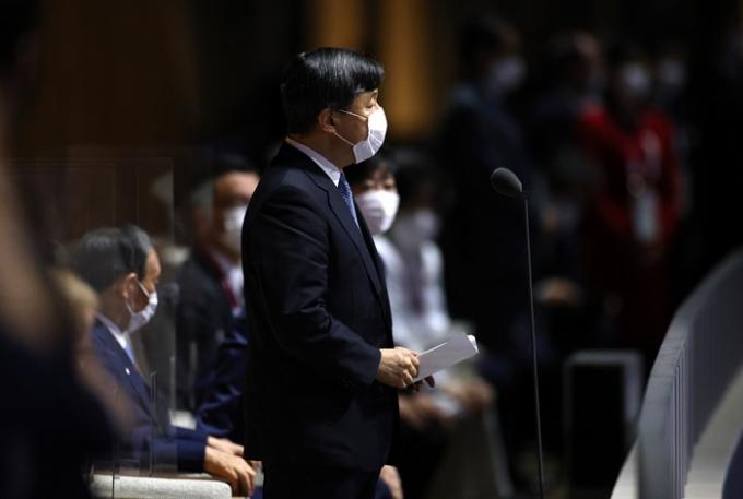 2020도쿄올림픽 개막식에서 스가 요시히데 일본 총리(사진 왼쪽)가 나루히토 일왕이 선언문을 읽는 도중에 앉아 있던 사실이 알려져 일본 내에서 논란이 일고 있다. /사진=로이터