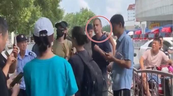 중국에서 한 독일 기자가 홍수 피해 현장 취재를 나갔다가 중국인들에게 에워싸여 위협을 당했다. /사진=마티아스 베링거 트위터