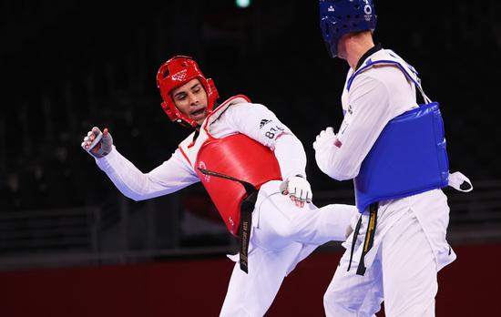27일 피타 타우파토푸아가 태권도 첫 경기에서 완패를 당했다. 사진은 블라디슬라브 라린(러시아올림픽위원회‧ROC)과의 경기중인 타우파토푸아. /사진=로이터