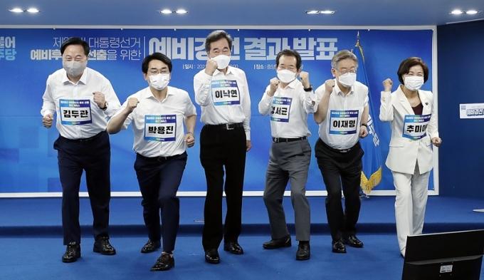 27일 남북 군 통신선 복구에 여당 대권 주자들이 일제히 환영 메시지를 보냈다. 사진은 지난 11일 민주당 대선 경선을 통과한 후보 6명이 기념촬영을 하는 모습. /사진=뉴스1
