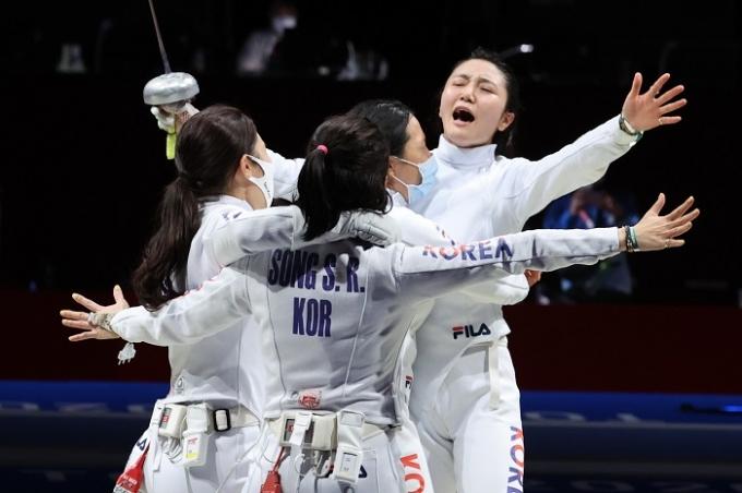 한국 펜싱 여자 에페 대표팀이 27일 일본 지바 마쿠하리 메세B홀에서 열린 2020도쿄올림픽 에페 단체전 준결승에서 중국에 승리해 결승 진출이 확정되자 환호하고 있다. /사진=뉴스1