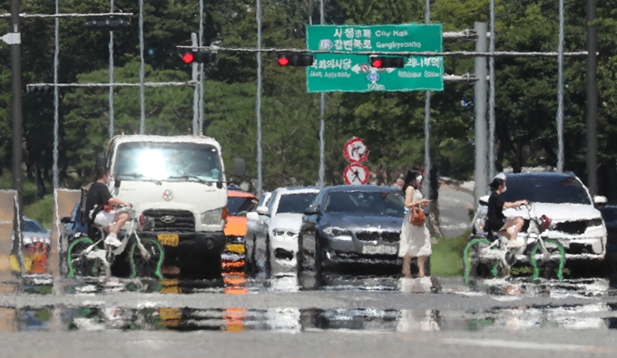 최근 전국을 덮친 폭염이 다음달 초까지 지속될 것이라는 전망이 나왔다. 사진은 지난 25일 서울 여의도환승센터 앞 횡단보도에 아지랑이가 피어오르는 모습. /사진=뉴스1
