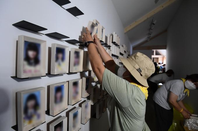27일 오전 유가족들이 기억공간 내 물품을 서울시의회에 마련된 임시공간으로 직접 옮겨 정리하고 있다./사진=뉴스1