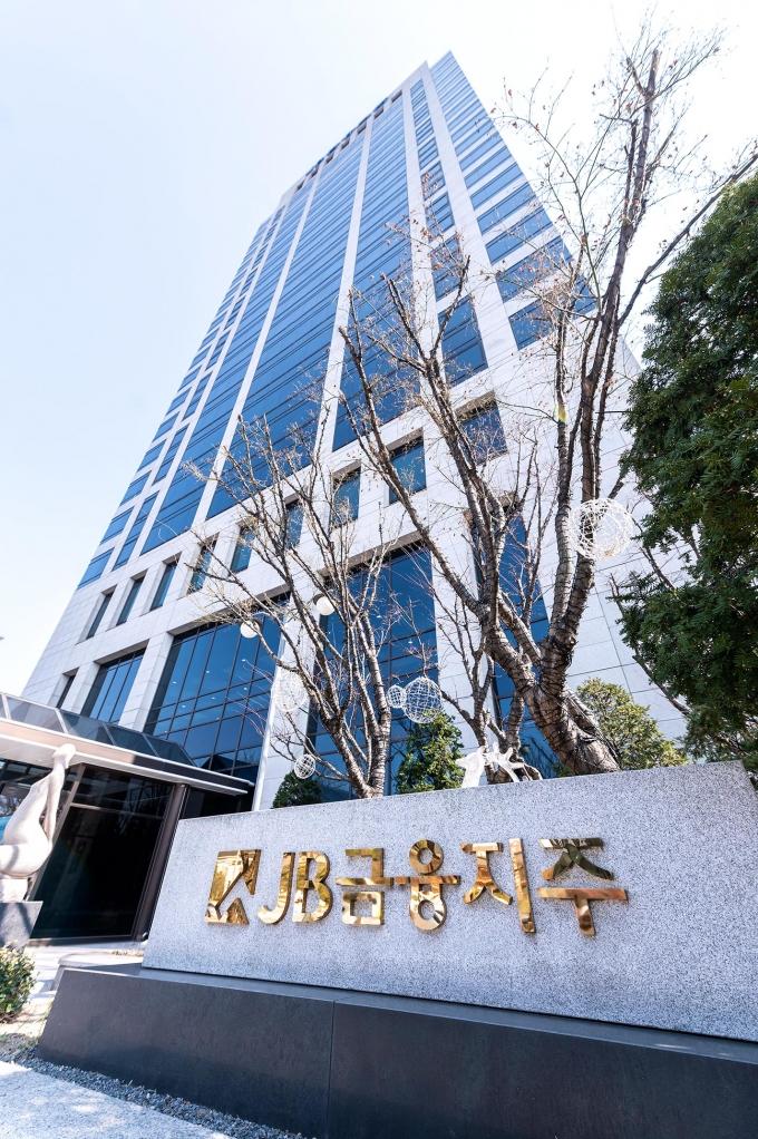 JB금융지주는 올해 상반기 누적 당기순이익이 2784억원을 달성했다고 27일 밝혔다./사진=JB금융지주