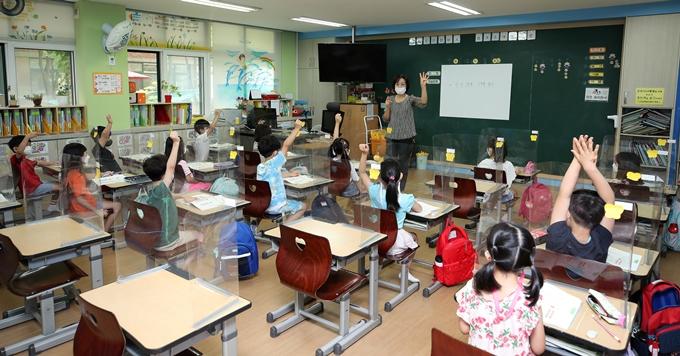 27일 한국교원단체총연합회가 교육부에 2학기 등교지침을 안내하라고 촉구했다. 사진은 지난 12일 서울 노원구 태랑초등학교에서 수업을 듣고 있는 1학년 학생 모습. /사진=뉴스1