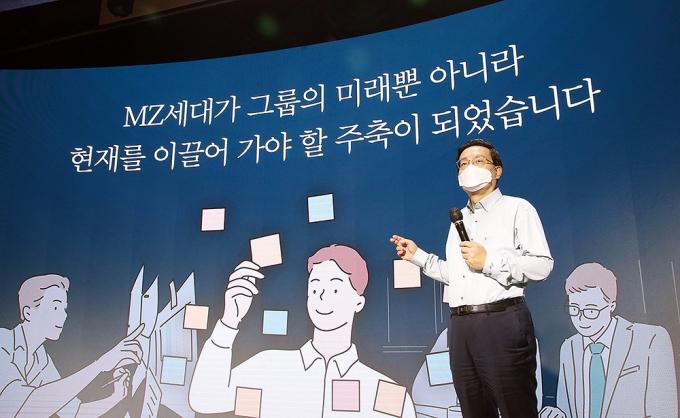 손태승 우리금융 회장이 지난 9일 서울 중구 본사 비전홀에서 비대면 방식으로 열린 2021년 하반기 그룹 경영전략 워크숍에서 속도경영을 강조하고 있다./사진=우리금융