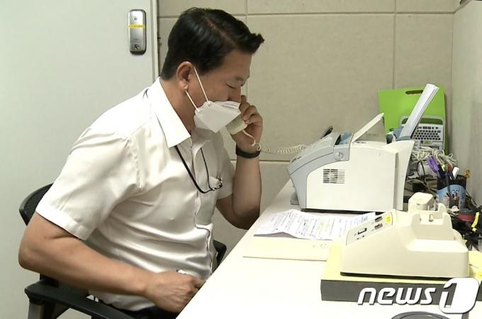 우리측 연락대표가 북측 연락대표와 통화하고 있다. 지난해 6월 북한의 일방적 조치로 통신연락선이 단절된 지 13개월 만이다. (통일부 제공) 2021.7.27/뉴스1