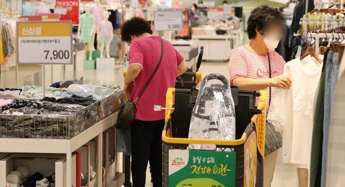 한국은행은 올 2분기 실질 국내총생산(GDP)이 전분기 대비 0.7% 성장했다고 밝혔다. 사진은 지난 27일 서울 시내 한 대형마트에서 물건을 고르는 시민들의 모습./사진=뉴스1