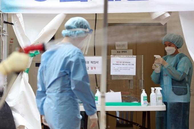 서울시는 27일 오전 0시부터 오후 6시까지 코로나19 확진자가 465명이라고 전했다. 사진은 서울의 한 선별진료소에서 업무에 종사하는 의료진 모습. /사진=뉴스1