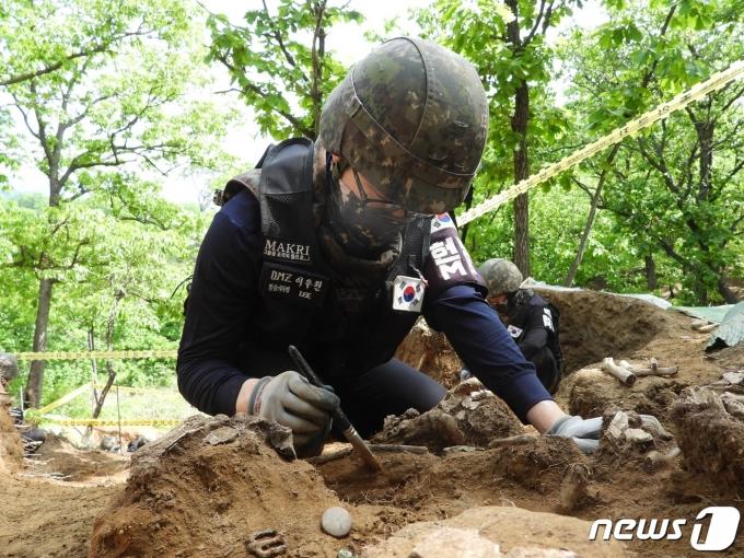 비무장지대(DMZ) 내 화살머리고지 우리 측 지역에서 6·25전사자 유해 발굴 작업을 하고 있는 군 장병 (국방부 제공) © 뉴스1