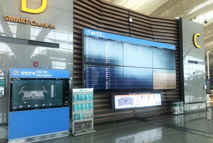 인천공항 제2여객터미널 FIDS와 디지털사이니지. /사진제공=아시아나IDT