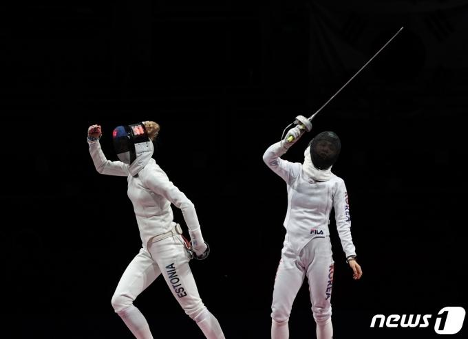 [사진] 펜싱 여자 에페 결승 마지막 라운드... 실점이 아쉬운 최인정