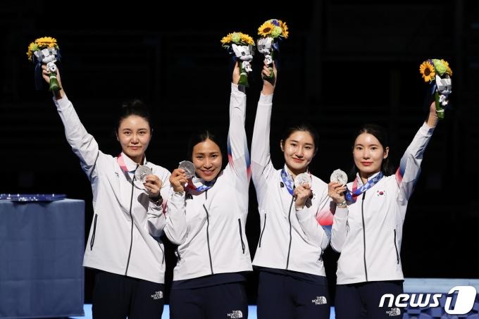 [사진] 은메달 목에 건 펜싱 여자 에페 대표선수들