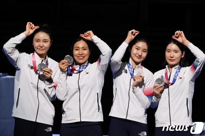 [사진] 값진 은메달 목에 건 펜싱 여자 에페 대표팀