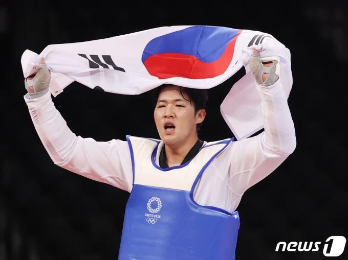 [사진] '태극기 휘날리며' 태권도 인교돈 동메달 획득