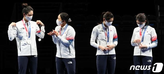 [사진] 은메달 바라보는 여자 펜싱 에페 대표팀