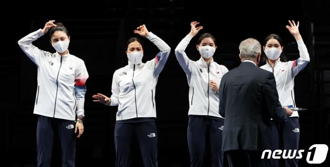 [사진] 손 들어 반지 보이는 펜싱 여자 에페 대표팀