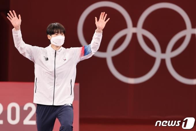 태권도 이다빈이 27일 일본 지바현 마쿠하리 메세 A홀에서 열린 '2020 도쿄올림픽' 67kg급 여자 태권도 시상식에서 손을 들어보이고 있다. 이다빈은 이날 은메달을 획득했다. 2021.7.27/뉴스1 © News1 이재명 기자