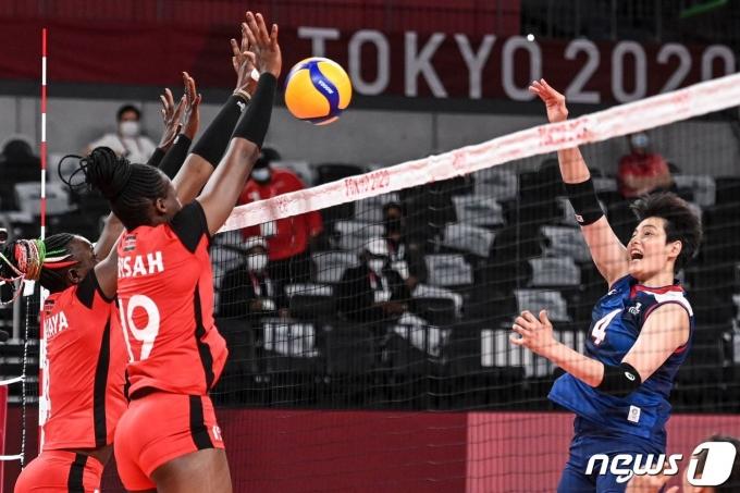 여자 배구대표팀 김희진이 케냐와의 경기에서 강스파이크를 날리고 있다. © AFP=뉴스1