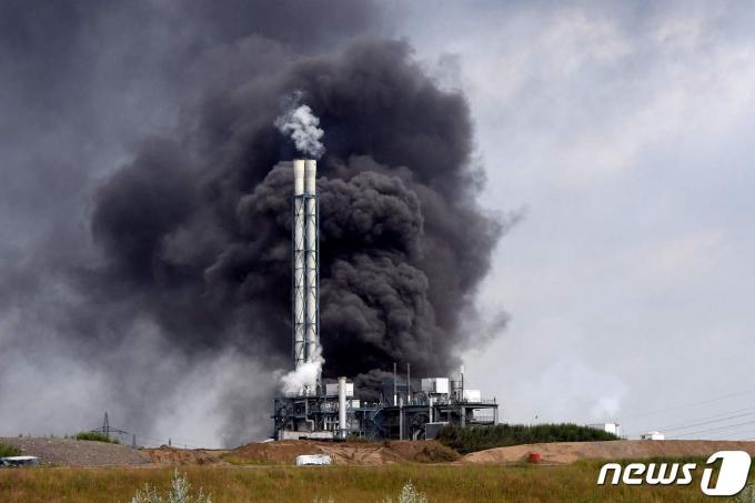 독일 서부 레버쿠젠에 위치한 화학공단에서 폭발 사고가 발생한 2021년 7월 27일 검은 여기가 피어오르는 모습. © AFP=뉴스1 © News1 최서윤 기자
