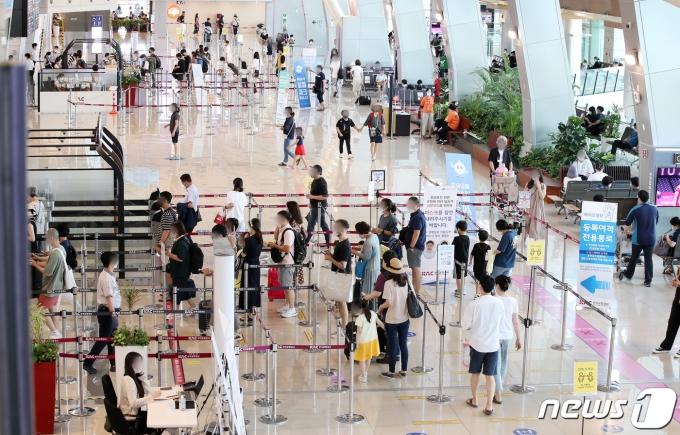 서울 강서구 김포공항 국내선에 여행을 떠나는 시민들로 북적이고 있다./뉴스1 © News1 김진환 기자