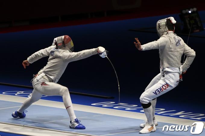 펜싱 남자 사브르 대표팀 오상욱(오른쪽)이 경기를 하고 있다. © 로이터=뉴스1