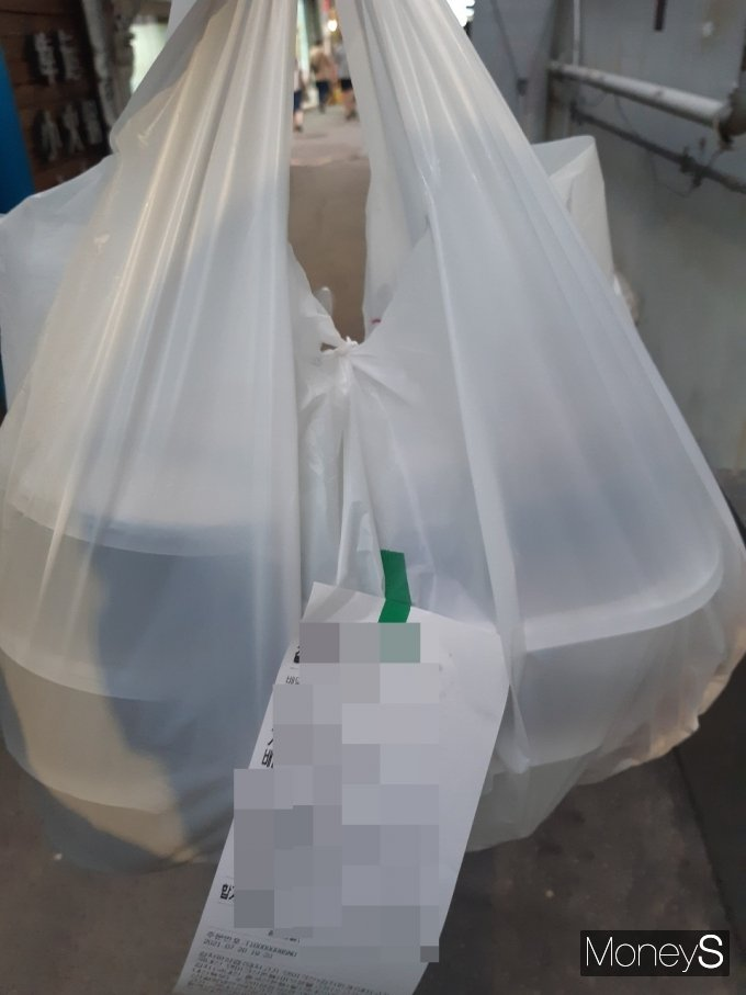 가게에 도착해 주문번호와 금액을 확인하고 음식을 들고 나왔다. 폭염인 데다 음식 열기까지 더해져 더욱 힘들었다. /사진=양진원 기자