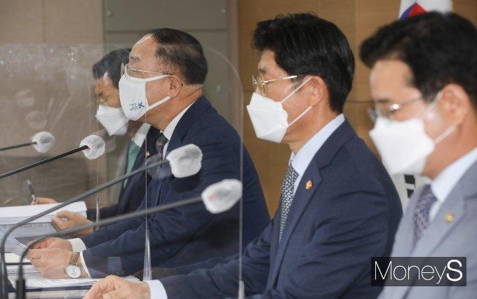 [머니S포토] 부동산 시장 안정 관련 발언하는 홍남기