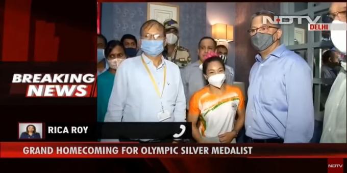 2020도쿄올림픽 여자 역도 49kg급에서 은메달 획득한 미라바이 차누가 지난 26일(현지시각) 인도 마누푸르주에 도착해 주 정부로부터 성대한 환영을 받았다. /사진= NDTV 유튜브 캡처