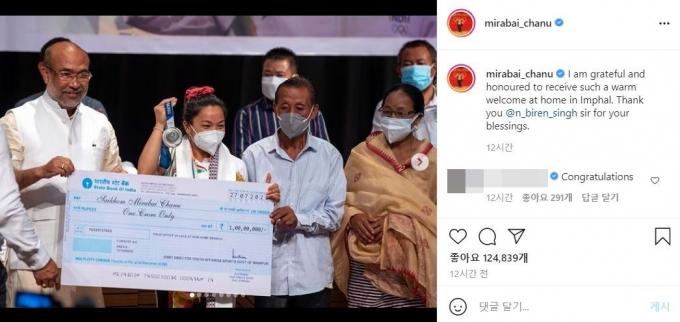 28일(현지시각) 차누는 고향인 마니푸르주 정부에게 1000만루피를 상금으로 받았다. 사진/차누 인스타그램 캡처