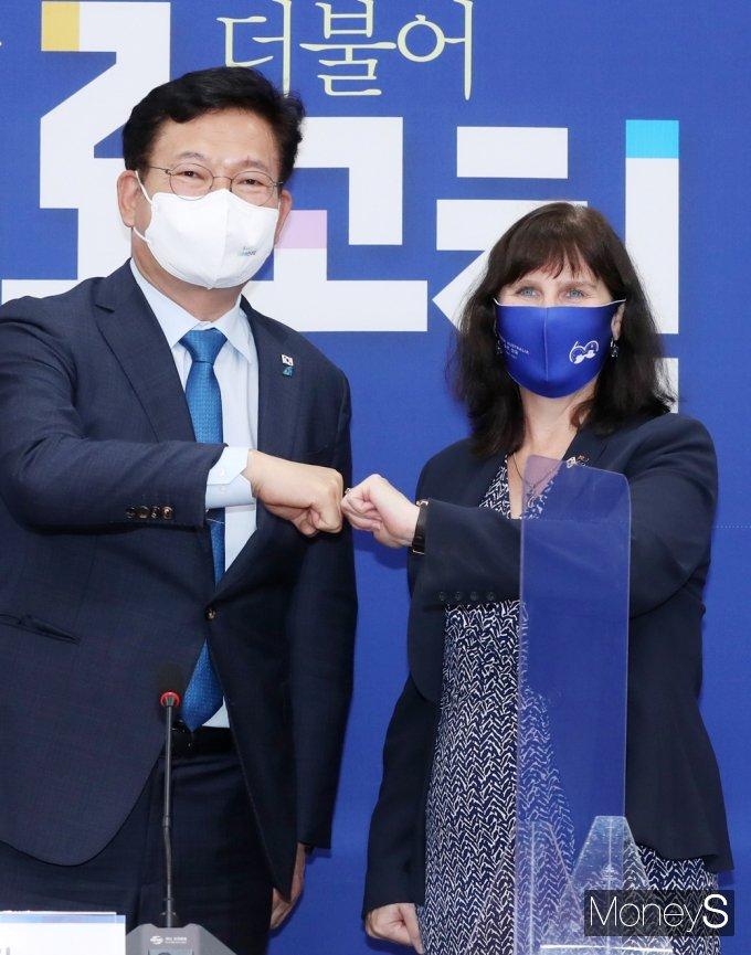 [머니S포토] 송영길 與 대표 예방하는 캐서린 레이퍼 대사