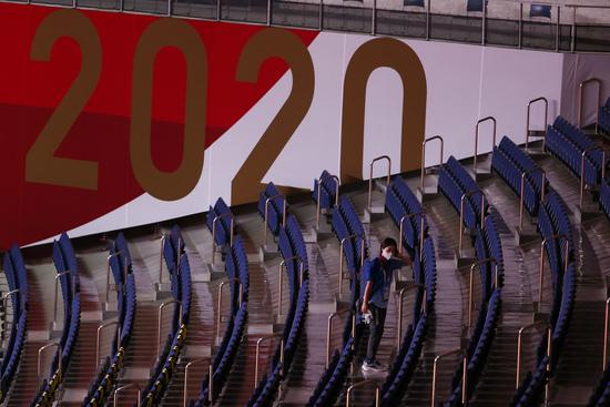 28일 요미우리 신문에 따르면 2020도쿄올림픽·패럴림픽 조직위원회는 이날 대회 관계자 16명이 신종 코로나바이러스 감염증(코로나19) 양성 판정을 받았다. 사진은 지난 28일 핸드볼 경기장을 소독하고 있는 조직위 관계자의 모습. /사진=로이터