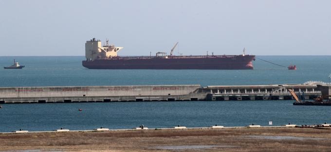 원유와 원자재 가격이 급등하면서 지난달 수입금액이 11년여만에 최대 폭으로 늘었다. 사진은 쿠웨이트산 원유를 실은 원유운반선(VLCC) '씨갤럭시(C.GALAXY)호'가 원유 하역을 준비하는 모습./사진=뉴스1