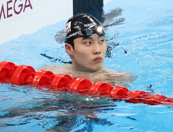 28일 황선우(18·서울체고)가 다음 날 열릴 남자 자유형 100m 결승전에서 최고 기록을 경신하겠다고 다짐했다. 사진은 28일 일본 도쿄 아쿠아틱스센터에서 열린 2020도쿄올림픽 남자 100m 자유형 준결승전을 마치고 기록을 확인하는 황선우. /사진=뉴스1