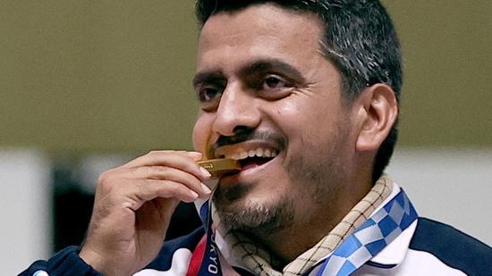 지난 24일 이란 사격 국가대표 자바드 포루기(41)가 사격 남자 10m 공기권총에서 금메달을 획득했다. /사진=로이터