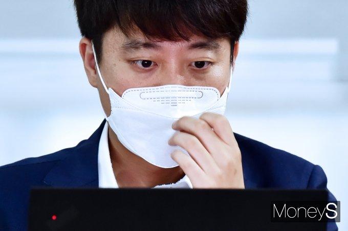 [머니S포토] 요즘것들연구소2 간담회, 마스크 고쳐쓰는 '이준석'