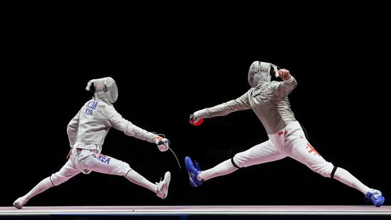 한국 남자 사브르 단체전 대표팀이 28일 일본 지바 마쿠하리 메세 B홀에서 열린 2020도쿄올림픽 사브르 단체전 준결승전에서 독일에 45-41로 승리해 은메달을 확보했다. 사진은 지난 24일 사브르 개인전에서 경기하는 김정환(왼쪽)의 모습. /사진=로이터