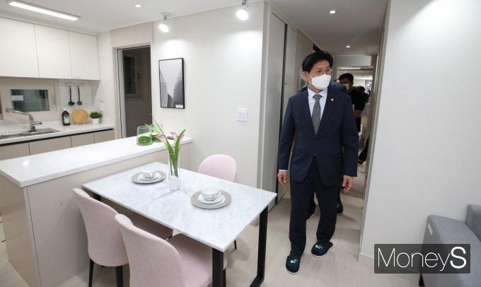 [머니S포토] 노형욱 장관 '신혼희망타운 모델하우스 방문'