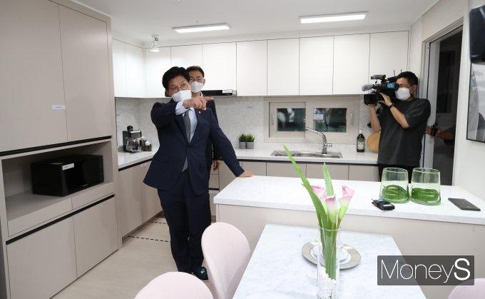 [머니S포토] 신혼희망타운 모델하우스 방문한 노형욱 국토교통부 장관