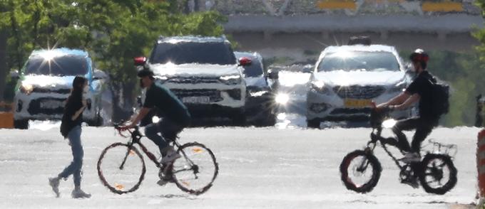 29일은 전국 대부분 지역에 35도 안팎의 무더위가 이어질 전망이다. 다만 남부 내륙 일부 지역에서는 소나기가 내릴 것으로 보인다. 사진은 지난 21일 경기 화성시 한 도로에 열기가 피어오르는 모습. /사진=뉴스1